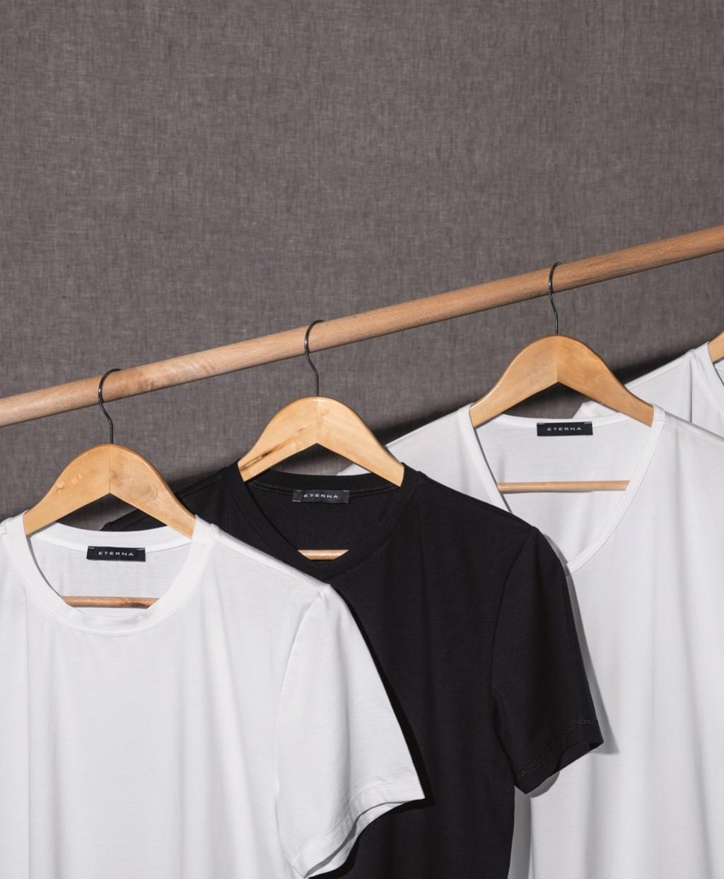 Eterna fehér színű V-kivágású póló